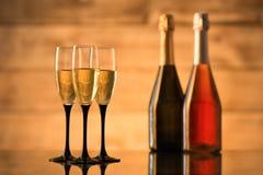 2 бутылки шампанского и стекел с шампанским Стоковые Фотографии RF