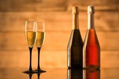 2 бутылки шампанского и стекел с шампанским Стоковые Изображения RF