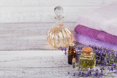 Бутылки эфирного масла и свежих цветков лаванды Стоковое Изображение