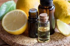 Бутылки эфирного масла лимона с свежими лимонами Стоковая Фотография RF