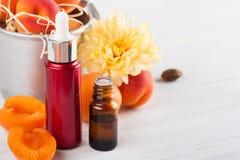 Бутылки эфирного масла от стерженей абрикоса Стоковые Изображения RF