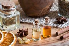Бутылки эфирного масла с анисовкой звезды, циннамоном, ладаном Стоковые Фотографии RF