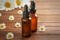 2 бутылки эфирного масла с свежими стоцветами Стоковое фото RF