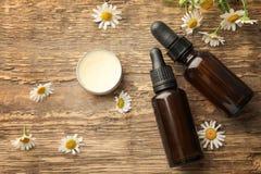 Бутылки эфирного масла с цветками сливк и стоцвета Стоковая Фотография RF