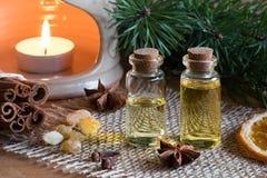 2 бутылки эфирного масла с циннамоном, анисовкой звезды, frankinc Стоковые Фотографии RF