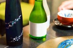 2 бутылки японского вина на таблице, токио, Японии Конец-u Стоковая Фотография