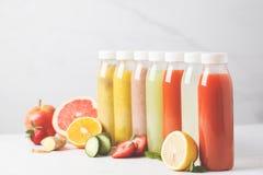 Бутылки smoothie или сока разнообразия красочные от ягод, плодоовощей Стоковое Фото