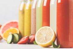 Бутылки smoothie или сока разнообразия красочные от ягод, плодоовощей Стоковое фото RF