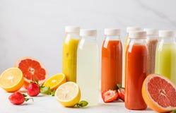 Бутылки smoothie или сока разнообразия красочные от ягод, плодоовощей Стоковые Фото