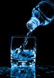 бутылочное стекло брызгая воду Стоковое фото RF