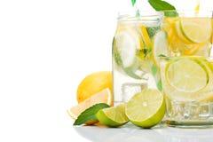 бутылочное стекло лимонного сока при изолированные плодоовощи Стоковое Изображение