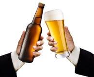 бутылочное стекло пива вручает людям s 2 Стоковые Изображения RF