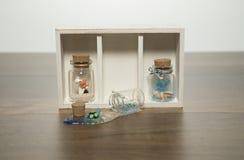 Бутылочное стекло с глиной и стеклянной воздуходувкой внутрь Стоковые Фото