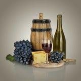 Бутылка, бокал вина, зрелые виноградины и сыр Стоковая Фотография RF