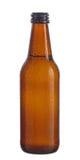 Бутылка Брайна пива с падениями изолированного на белой предпосылке Стоковая Фотография