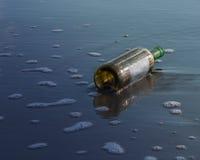 Бутылка вина в темной морской воде на побережье Стоковые Изображения RF