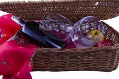 Бутылка вина и 2 стекел в коробке пикника Стоковое Фото