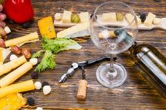 Бутылка вина и стекла на таблице с сырами Стоковое Изображение RF