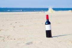 Бутылка вина на пляже Стоковые Фотографии RF