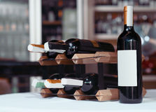Бутылка вина стоя на таблице Стоковые Изображения