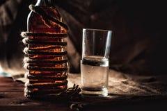 Бутылка вискиа и стекел, вздора вискиа бербона спирта Стоковое Изображение RF