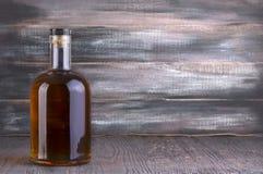 Бутылка вискиа на деревянном Стоковое фото RF