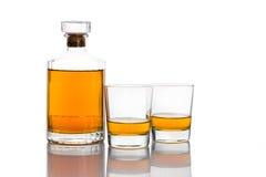Бутылка вискиа с 2 стеклами вискиа в белой предпосылке Стоковая Фотография RF
