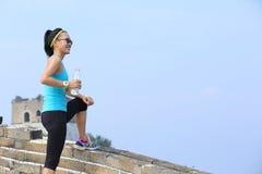 Бутылка владением спортсмена бегуна женщины воды Стоковые Фотографии RF