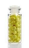 Бутылка желтых пилюлек выдержки валериана Стоковая Фотография RF