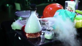 Бутылка жидкого азота в лаборатории видеоматериал
