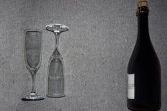 Бутылка игристого вина и стекел Стоковые Фотографии RF