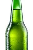 Бутылка изолированного пива с падениями Стоковые Изображения RF