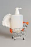 Бутылка интимного насоса распределителя геля пластичная, санитарное полотенце в pushcart Стоковая Фотография