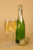 Бутылка и 2 бокала с шампанским Стоковая Фотография