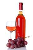 Бутылка и бокал вина с красными виноградинами Стоковые Изображения RF