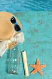 Бутылка и морские звёзды ina сообщения шляпы на палубе Стоковые Изображения RF