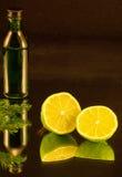 Бутылка и 2 половины известки Стоковая Фотография
