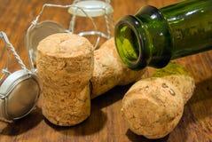 Бутылка и пробочки Шампани Стоковое Изображение RF
