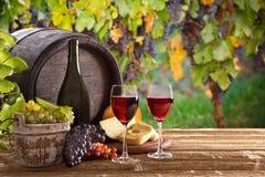 Бутылка и стекла вина на деревянном столе стоковое фото rf