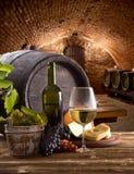 Бутылка и стекла вина на деревянном столе стоковые изображения