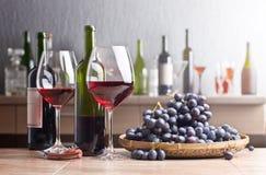 Бутылка и стекла красного вина на кухонном столе Стоковое Фото