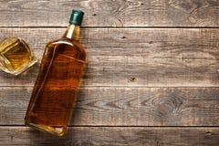 Бутылка и стекло вискиа на деревянных досках Стоковые Изображения RF