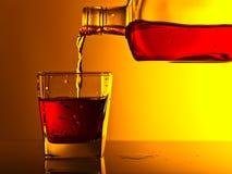 Бутылка и стекло вискиа на стеклянном столе Стоковое Изображение RF
