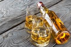 Бутылка и стекло вискиа Стоковые Изображения