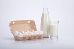 Бутылка и стекло молока, 10 яичек Стоковые Изображения
