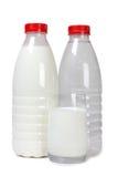 2 бутылка и чашка с молоком Стоковое Фото