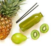 Бутылка кивиа, ананаса, сока груши изолированного на белизне и ингридиентов Стоковое Изображение