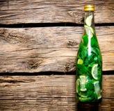 Бутылка коктеиля на деревянном столе Открытый космос для текста Стоковое Изображение RF