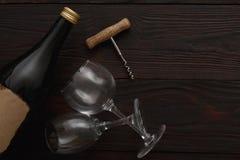 Бутылка красного вина, стекла, штопор, плоское положение Стоковое Изображение