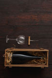 Бутылка красного вина, стекла, штопор, плоское положение Стоковые Изображения